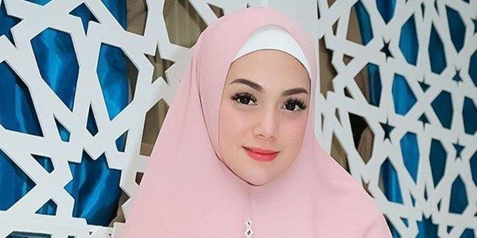 Celine Pakai Hijab ? Apa Sudah Jadi Mualaf ?
