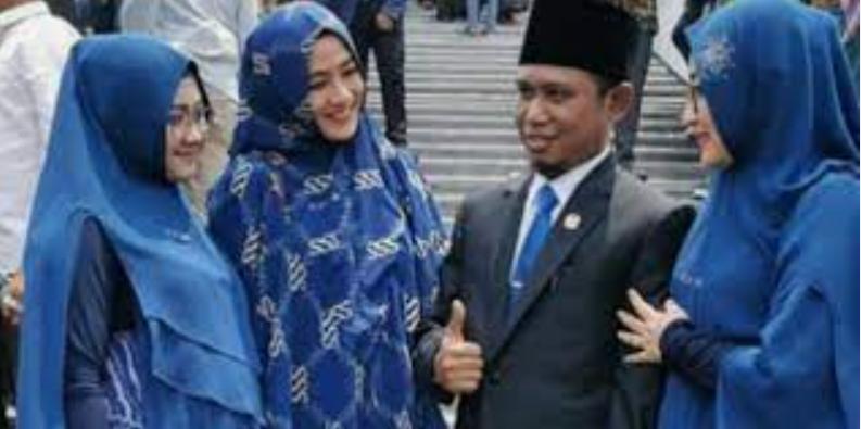 Anggota DPR RI Lora Fadil Memboyong 3 Istrinya Saat Pelantikan